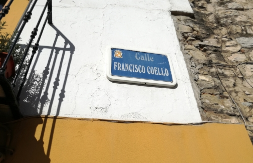 Placa de la calle Francisco Coello.